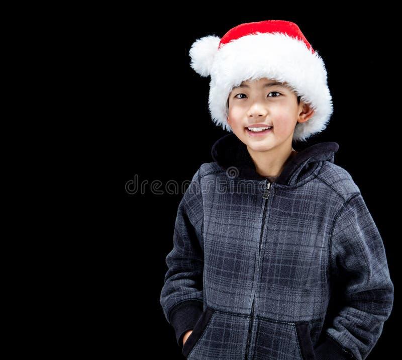 Gullig asiatisk pojke som bär Santa Hat With Copy Space arkivfoto