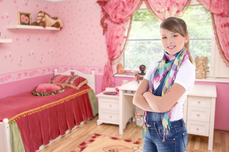 Gullig attraktiv tonårs- flicka i hans sovrum royaltyfria bilder