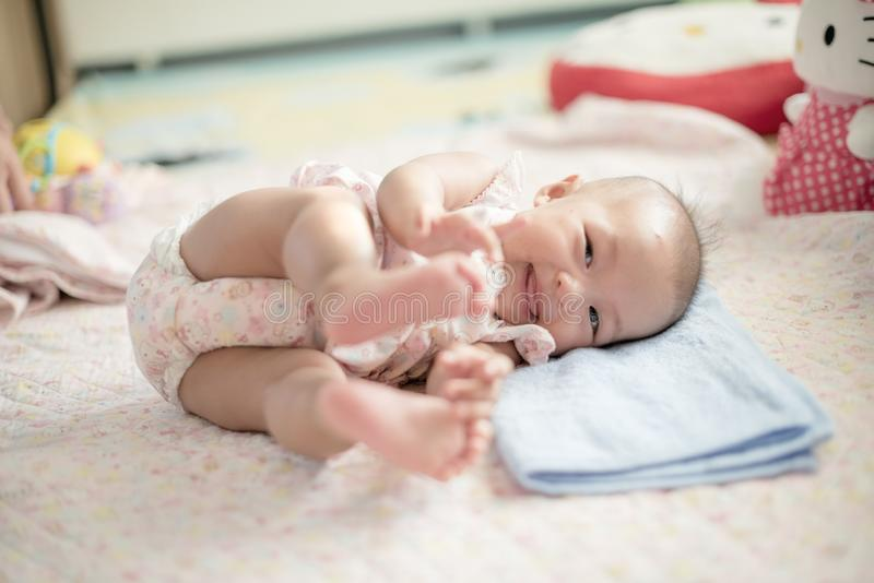 Gullig babys rullande tid med leende royaltyfria bilder
