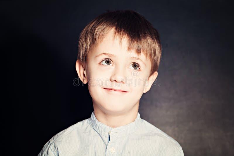 Gullig barnskolapojke på bakgrund royaltyfri fotografi