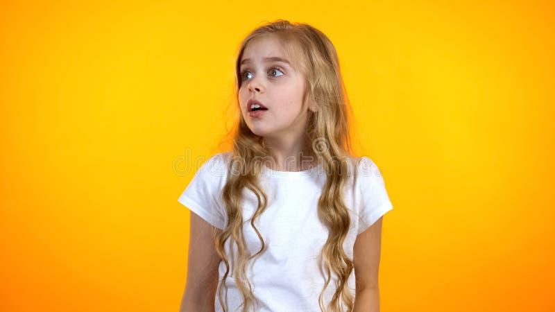 Gullig bekymrad skolflicka som ser lida åt sidan barnsliga skräck, psykologi arkivfoton