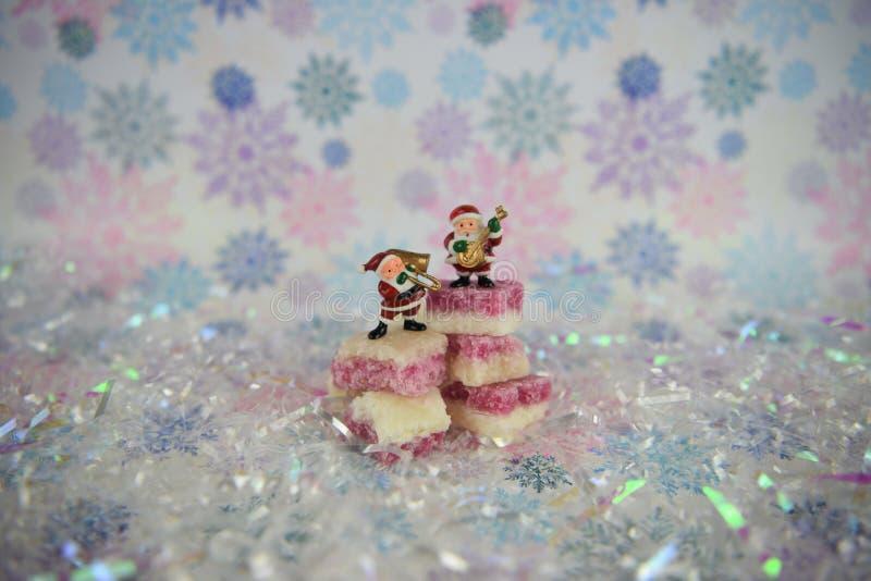 Gullig bild för julmatfotografi med gammalmodiga engelska sötsaker för kokosnötis med Santa Claus musik som spelar garneringar arkivbilder