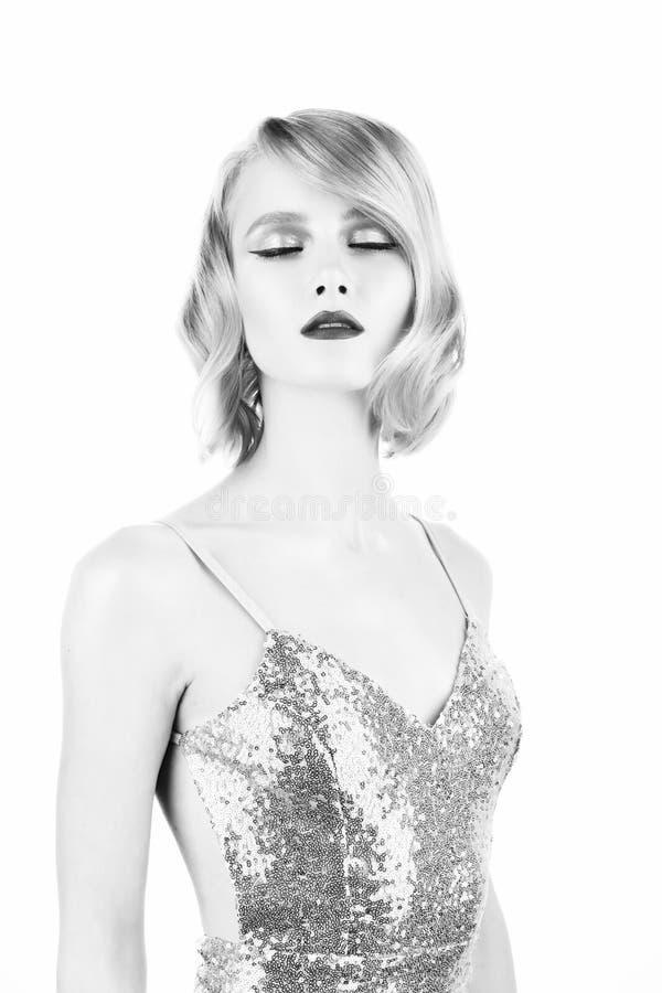 Gullig blond flicka med stora h?rliga ?gon, r?da kanter och tappningstilfrisyr som b?r en guld- mousserande kl?nning f?r att st?n arkivfoton