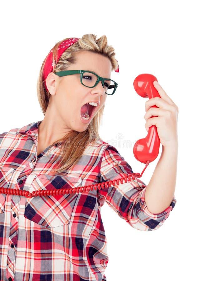 Gullig blond flicka som ropar på telefonen arkivfoto