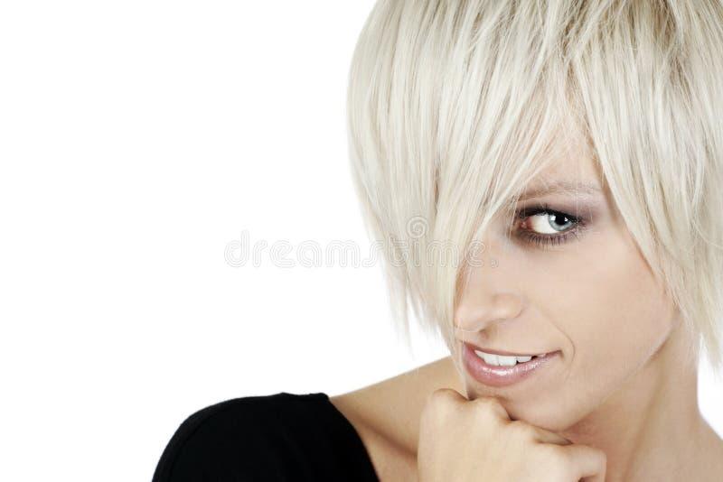Gullig blond kvinna med en moderiktig frisyr arkivbilder