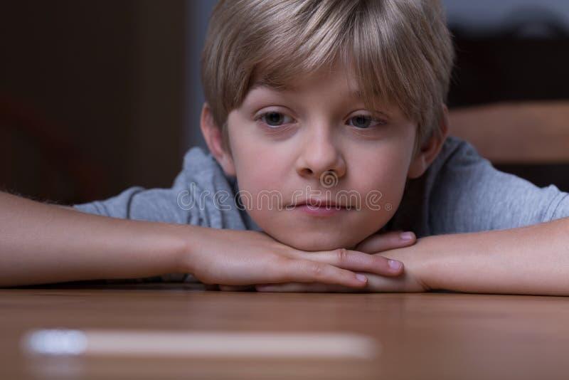 gullig blond pojke arkivbilder
