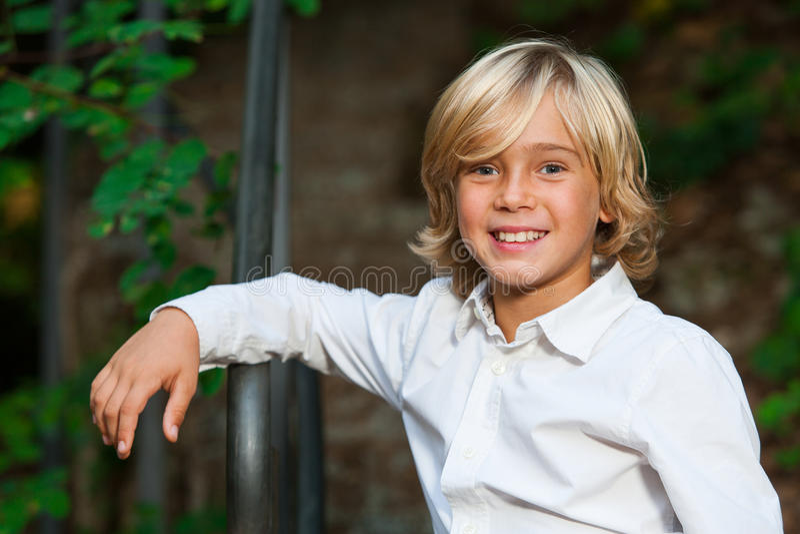 Gullig blond pojke utomhus. royaltyfri fotografi
