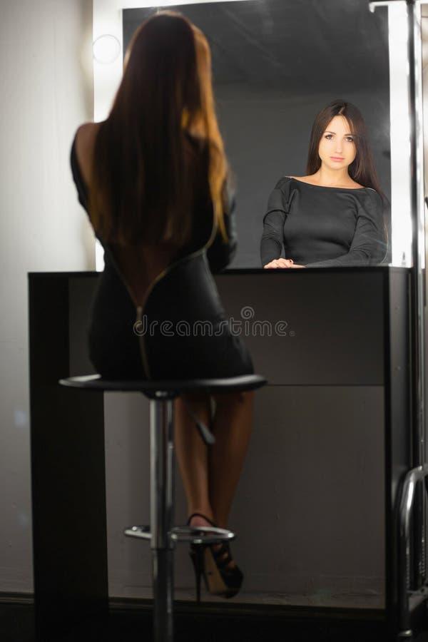 Gullig brunett som poserar i studion arkivbild