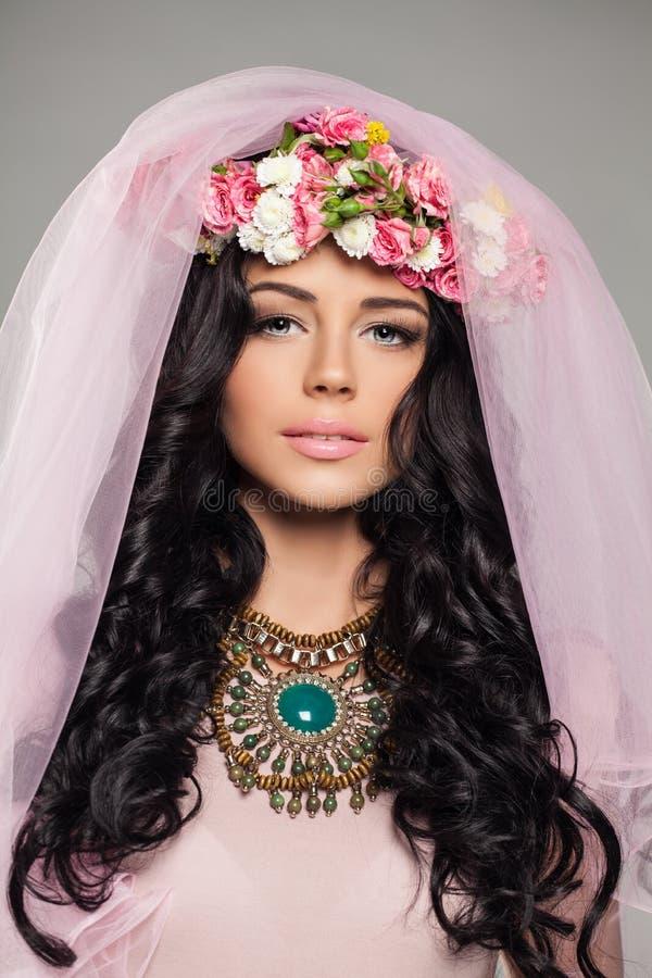 Gullig brunettmodell Girl med blommafrisyren arkivbilder