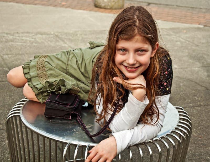 Gullig Caucasian flicka på tabellen utomhus royaltyfria bilder