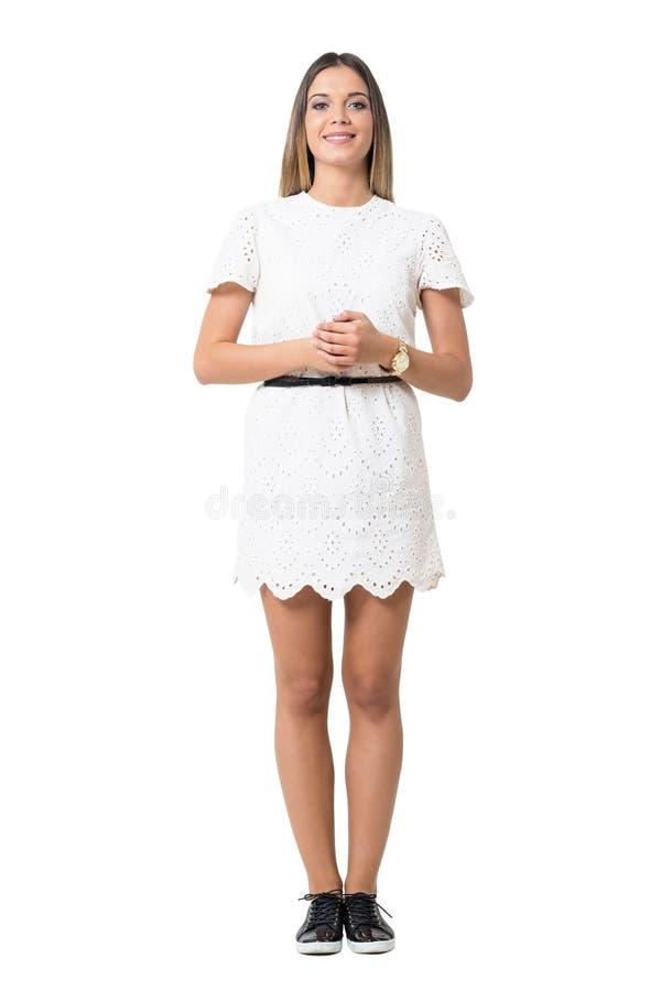 Gullig charma formell ung dam i den vita klänningen som ser kameran royaltyfria bilder