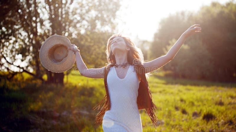 Gullig charmig flicka i sommar i fältet Den unga kvinnan är lycklig och känner sig fri utomhus royaltyfri fotografi