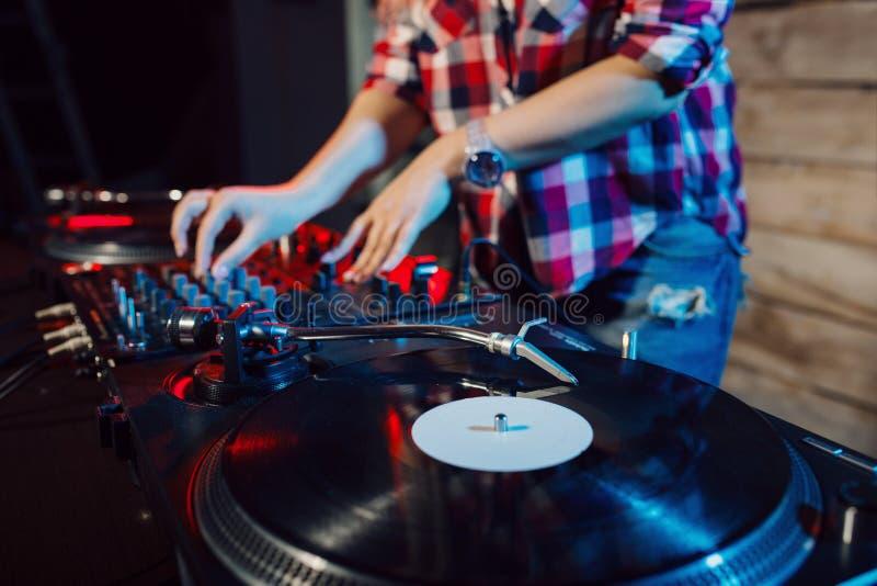 Gullig dj-kvinna som har gyckel som spelar musik på klubbapartiet royaltyfria bilder