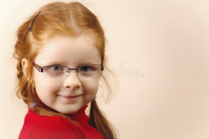 gullig elegant flickaståenderedhead arkivfoton