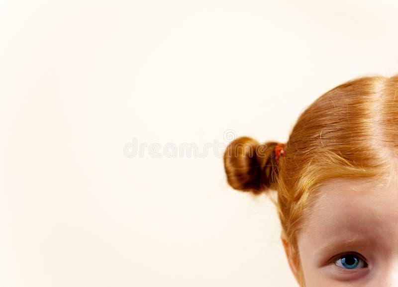 gullig elegant flickaståenderedhead arkivbild