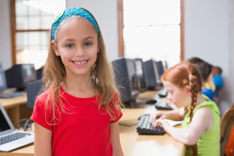 Gullig elev i datorgrupp som ler på kameran fotografering för bildbyråer