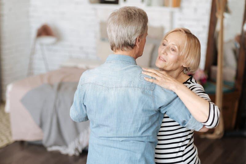 Gullig emotionell känslig romantiker för äldre folk arkivfoton