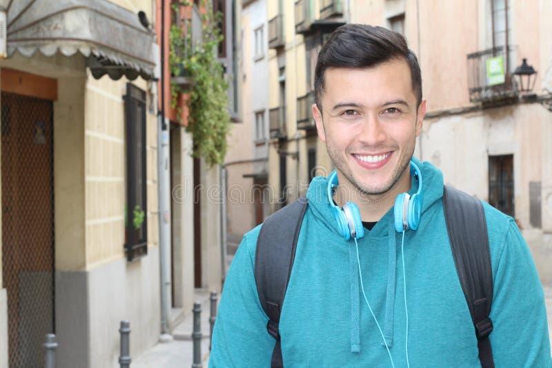 Gullig etnisk ung man som utomhus ler royaltyfria foton