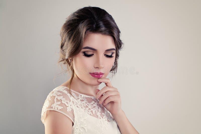 Gullig fästmö för ung kvinna med den perfekta brud- frisyren royaltyfri foto