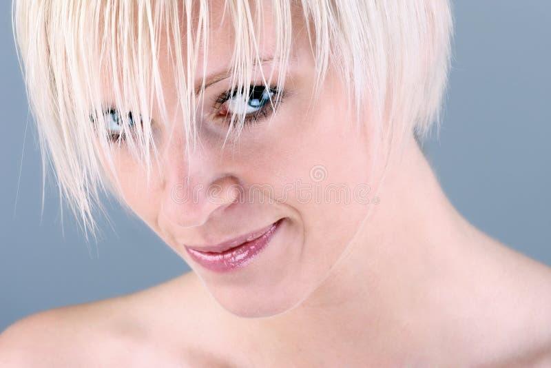 Gullig förförisk kvinna med den moderna frisyren royaltyfria bilder