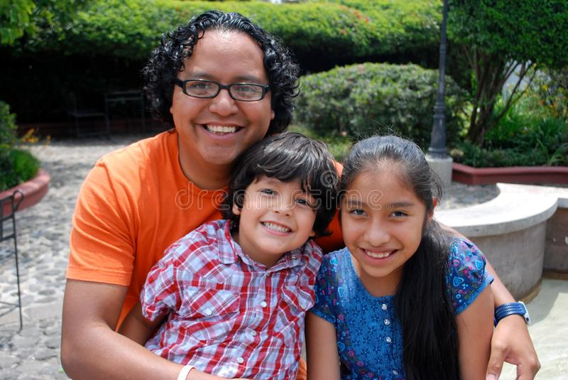 gullig familjlatinamerikan royaltyfri bild