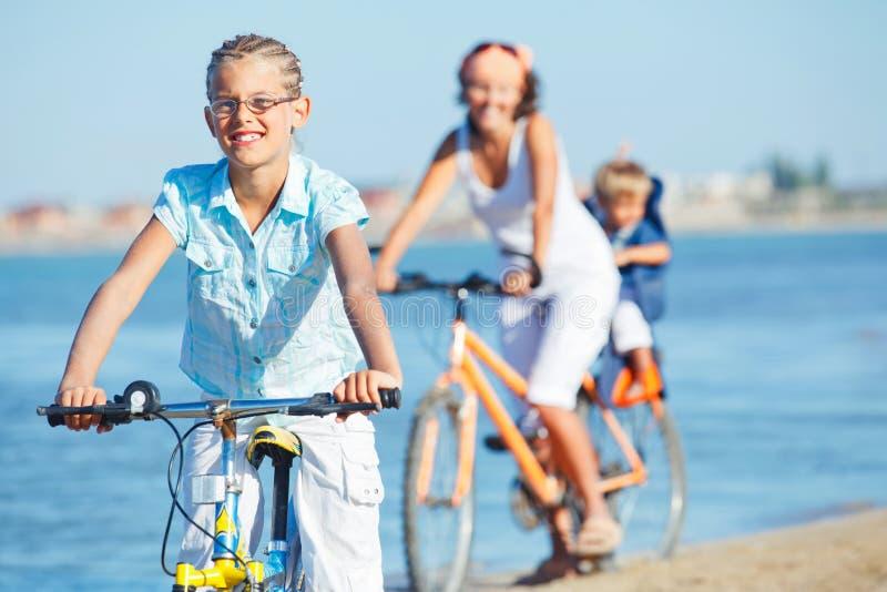 gullig flicka för cykelbroder henne moderritt royaltyfri fotografi