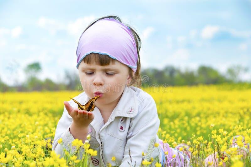 gullig flicka för fjäril little arkivbilder