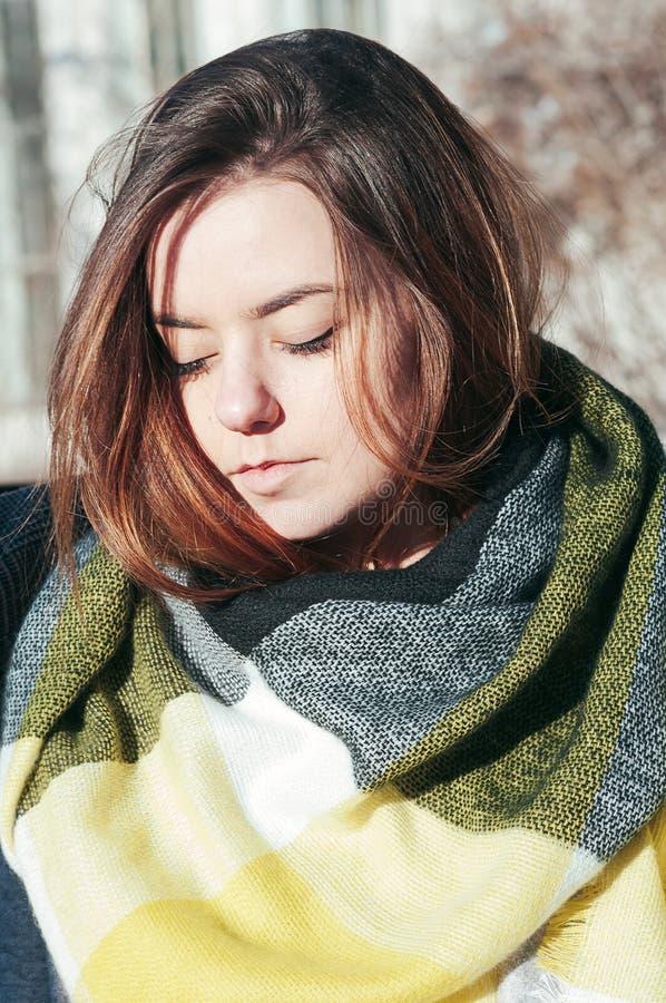 Gullig flicka för gatastilstående i ljus gul halsduk arkivbild