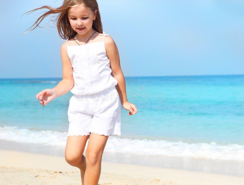 Gullig flicka för litet barn på stranden arkivfoton