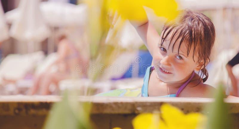 Gullig flicka för litet barn som har gyckel i simbassäng Unge som utomhus leker Sommarsemester och sunt livsstilbegrepp royaltyfri fotografi