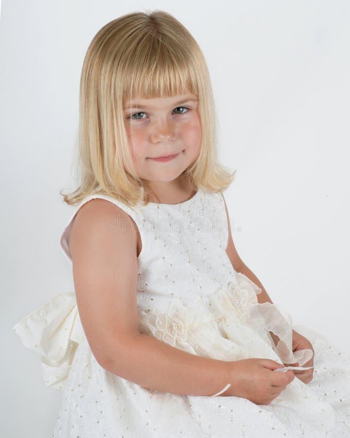Gullig flicka i den vita klänningen royaltyfria bilder