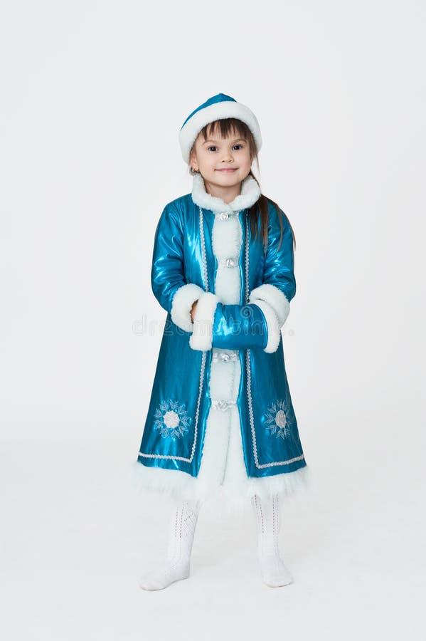 Gullig flicka i maskeradkläder för nytt år royaltyfria bilder