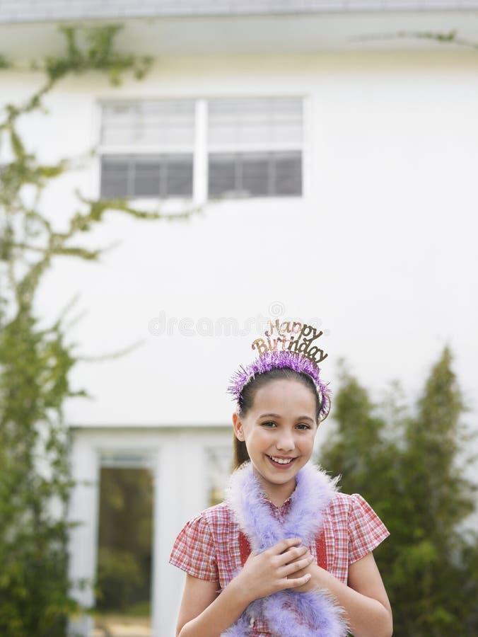 Gullig flicka i Tiara And Feather Boa arkivbild