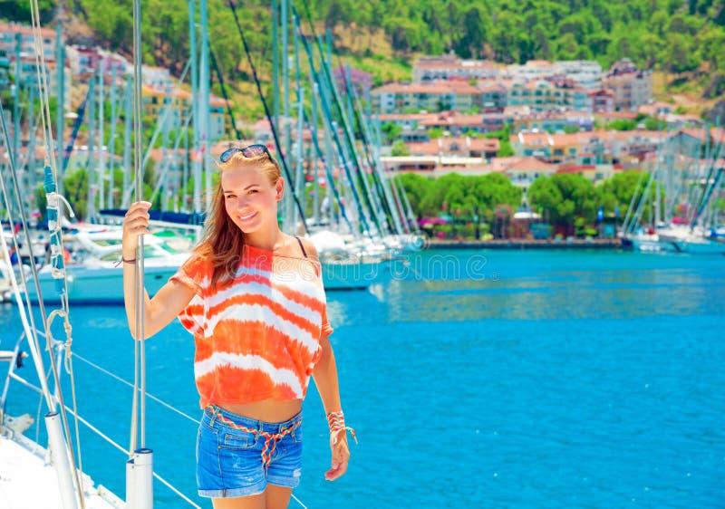Gullig flicka i yachthamn royaltyfri fotografi