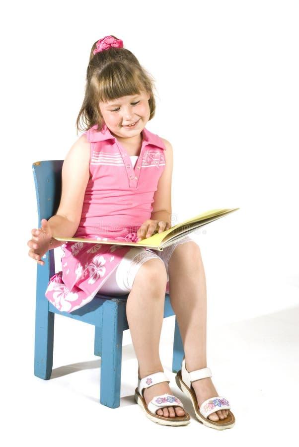 gullig flicka little avläsning royaltyfria bilder