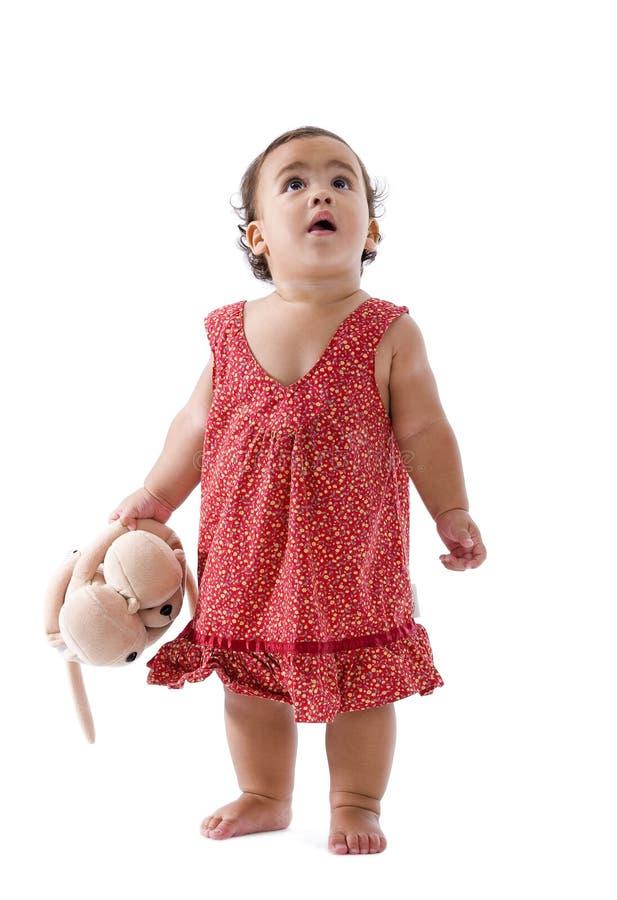 gullig flicka little som ser upp fotografering för bildbyråer
