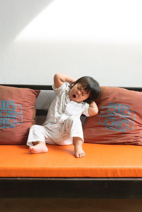 gullig flicka little som sträcker royaltyfria bilder