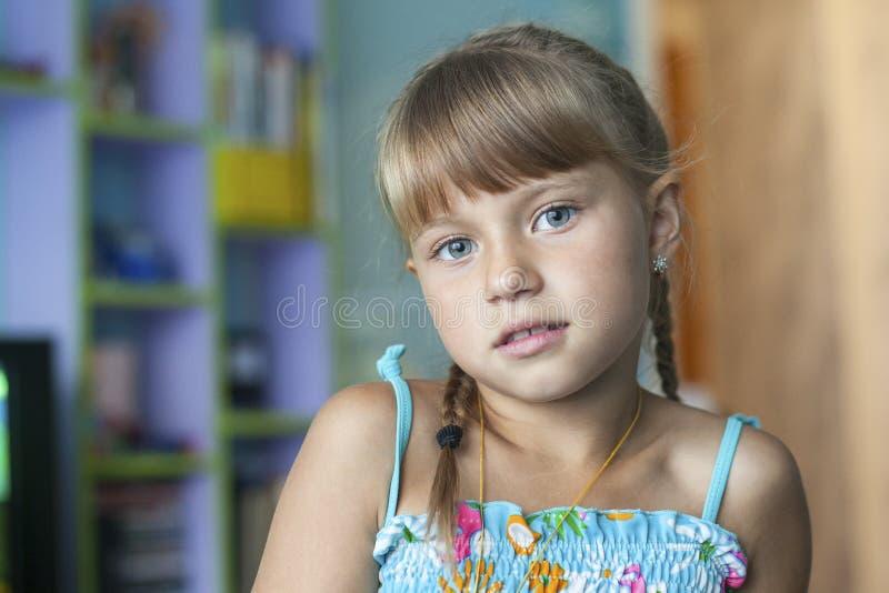 gullig flicka little stående arkivbilder