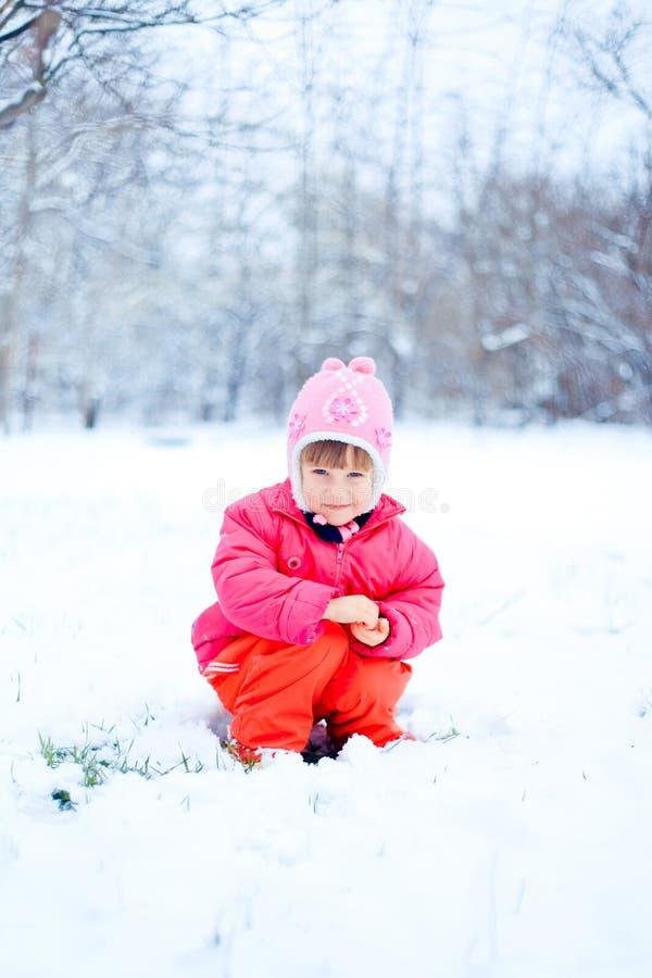 gullig flicka little stående royaltyfri bild
