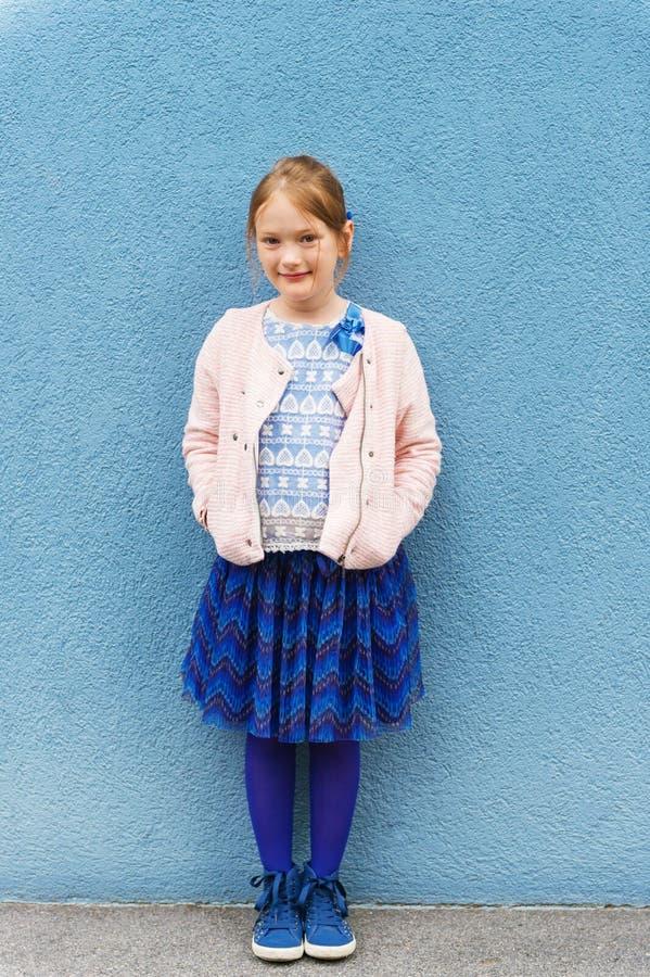 gullig flicka little stående royaltyfria bilder