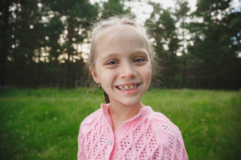 gullig flicka little stående arkivfoto
