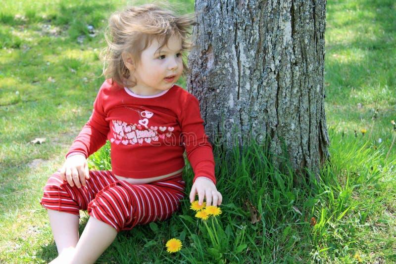 gullig flicka little tree under royaltyfria foton