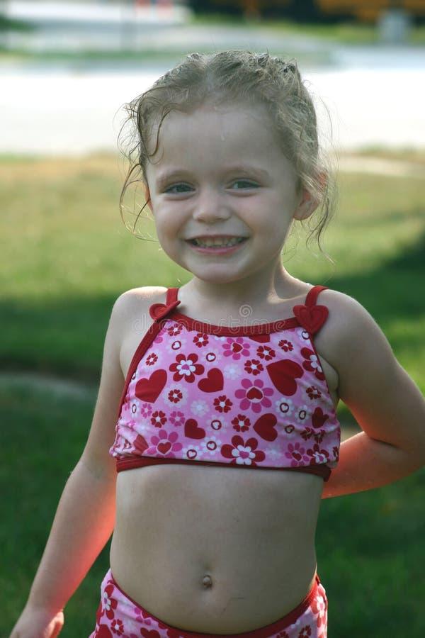 gullig flicka little yttersida arkivfoton