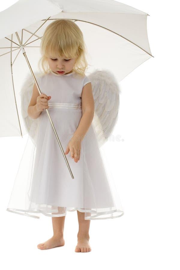 Gullig flicka med ängelvingar royaltyfri fotografi