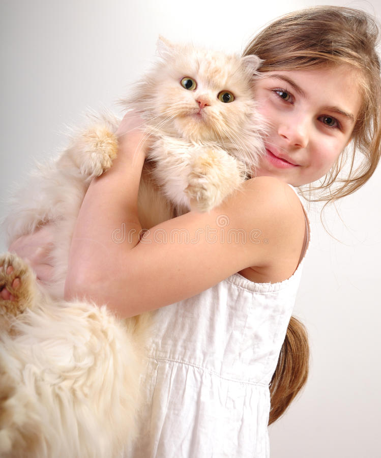 Gullig flicka med en katt fotografering för bildbyråer