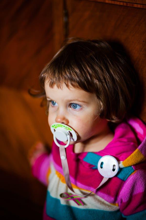 Gullig flicka med fredsmäklaren royaltyfri bild