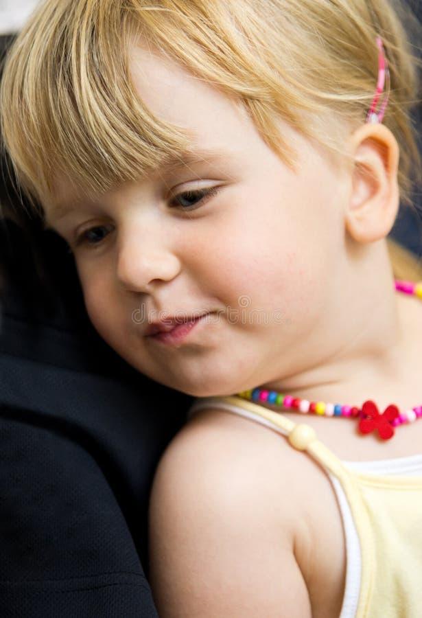 Gullig flicka med halsbandet fotografering för bildbyråer