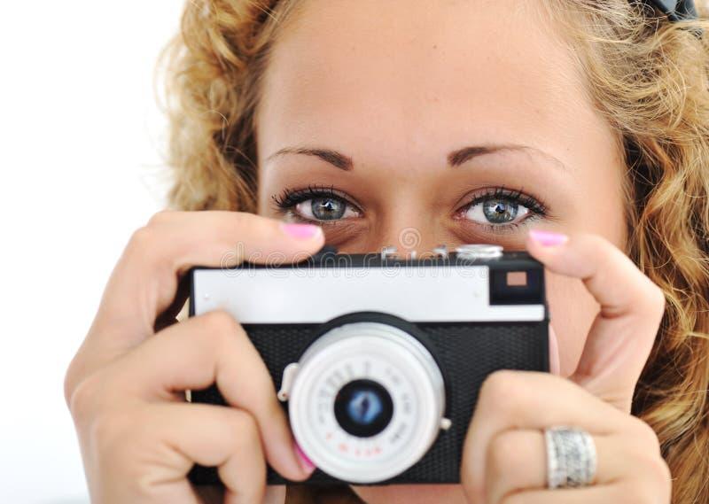 Gullig flicka med kameran arkivfoto