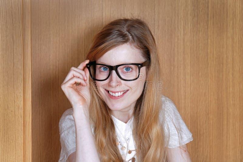 Gullig flicka med stora exponeringsglas royaltyfri foto
