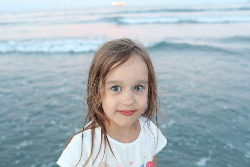 Gullig flicka med vått hår royaltyfria foton